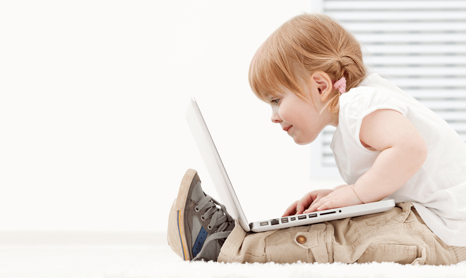 02-little-girl-w-laptop_03D74454_933X557